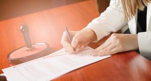 Frauen-Notar Public, das den Vertrag unterzeichnet Stockfotografie