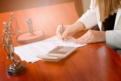 Frauen-Notar Public, welches das Notar acti n ihr Büro unterzeichnet Lizenzfreies Stockfoto