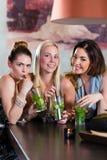 Frauen oder Kollegen im Café, in der Bar oder im Restaurant Lizenzfreie Stockfotografie