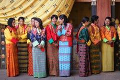 Frauen an Paro Tsechu Festival, i Stockfotografie