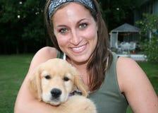 Frauen-Petting Hund lizenzfreie stockbilder