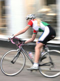 Frauen-Radfahrer, der vorüber läuft Stockfoto