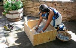 Frauen-reibender Mais bei Hopi Festival von Künsten und von Kultur Lizenzfreie Stockfotografie