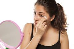 Frauen-Reinigung ihr Gesicht stockfoto