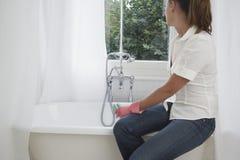 Frauen-Reinigungs-Badewanne stockfoto