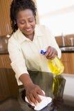 Frauen-Reinigungs-Küche-Zählwerk Lizenzfreies Stockfoto