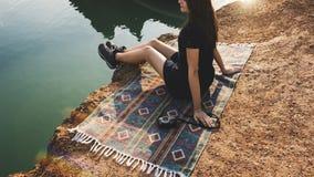 Frauen-Reise-Wanderer-Abenteuer-Konzept lizenzfreies stockbild