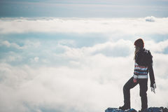 Frauen-Reisender allein auf Klippe über Wolken Stockbild