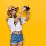 Frauen-Reisender, der ein Foto macht Stockfoto