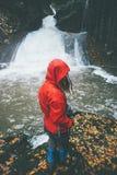 Frauen-Reisender, der am Wasserfall wandert Stockbilder