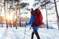 Frauen-Reisender mit dem Rucksack, der die aktiven Ferien des Reise-Lebensstilabenteuer-Konzeptes im Freien wandert Schöne Landsc stockfotografie