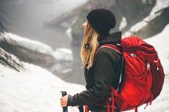 Frauen-Reisender mit dem Rucksackwandern Stockfoto