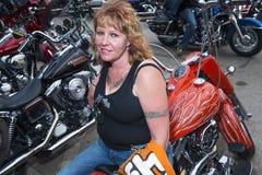 Frauen-Reiter, der auf ihrem Fahrrad in der Stadt von Sturgis, in South Dakota, USA, während der Jahrbuch Sturgis-Motorrad-Sammlu Stockfotografie