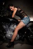 Frauen-Reitmotorrad der attraktiven Dreißigerjahre asiatisches Lizenzfreies Stockfoto