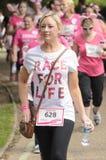 Frauen am Rennen für Lebensereignis Stockfotos