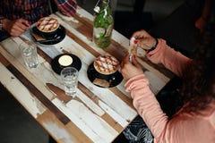 Frauen am Restaurant mit zwei Tasse Kaffee Stockfoto