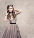 Frauen-Retro- Schönheits-Frisur, Mode-Modell im Weinlese-Kleid stockfotografie