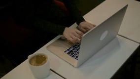 Frauen ` s übergibt das Schreiben auf Computertastatur HD stock video footage