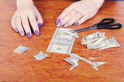 Frauen ` s übergibt nahe geschnittenen Bargeldrechnungen lizenzfreies stockbild