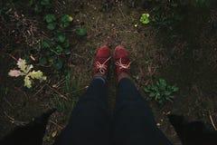 Frauen ` s Beine in den roten Stiefeln Lizenzfreie Stockfotografie
