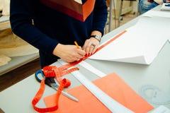 Frauen ` s Hände für das Entwerfen und die Herstellung des Musters lizenzfreie stockbilder