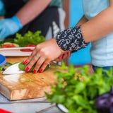 Frauen ` s Hände schnitten Frischgemüse Lizenzfreies Stockfoto