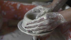Frauen ` s Hände stellen keramische Schüssel vom Lehm, Arbeit in einer Tonwarenwerkstatt her stock video