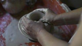 Frauen ` s Hände stellen keramische Schüssel vom Lehm, Arbeit in einer Tonwarenwerkstatt her stock footage