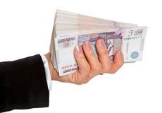 Frauen ` s Hand hält einen großen Satz russisches Papiergeld Stockfotografie