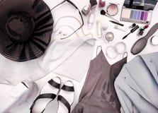 Frauen ` s Kleidung, Hautpflege und Kosmetik ist auf einem Weiß Stockfoto