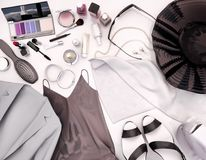 Frauen ` s Kleidung, Hautpflege und Kosmetik ist auf einem Weiß Stockfotografie