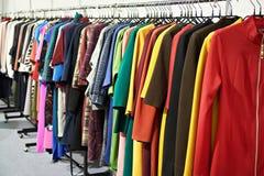 Frauen ` s Kleidung im Speicher lizenzfreies stockfoto