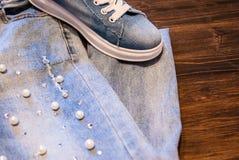 Frauen ` s Kleidung und Zubehör Jeans, Geldbeutel und Schuhe Stockfotografie