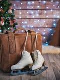 Frauen ` s läuft nahe bei einem alten ledernen Koffer und einem Weihnachtsbaum eis Ökologische, hölzerne Weihnachtsdekorationen Stockbilder