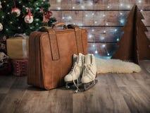 Frauen ` s läuft nahe bei einem alten ledernen Koffer und einem Weihnachtsbaum eis Ökologische, hölzerne Weihnachtsdekorationen Stockfotos