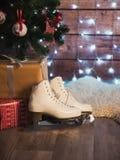 Frauen ` s läuft nahe bei einem alten ledernen Koffer und einem Weihnachtsbaum eis Ökologische, hölzerne Weihnachtsdekorationen Lizenzfreies Stockfoto