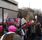 Frauen ` s März Menge, die hinter Zäune marschiert, entgeht an zum nationalen Mall, Washington, DC, USA stockfotografie