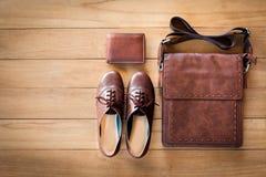 Frauen ` s Mode mit Ledertasche, brauner Geldbörse und Schuhen auf woode Lizenzfreie Stockfotos