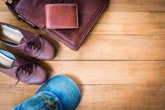 Frauen ` s Mode mit Ledertasche, brauner Geldbörse und Schuhen auf woode Lizenzfreies Stockfoto