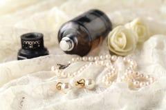 Frauen ` s Parfüm in der schönen Flasche, heller Hintergrund mit acces Lizenzfreie Stockfotos