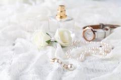 Frauen ` s Parfüm in der schönen Flasche, heller Hintergrund mit acces Stockfoto