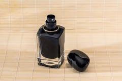 Frauen ` s Parfüme auf hölzernem Hintergrundabschluß oben stockfotografie