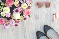 Frauen ` s Sachen und Blumen lizenzfreies stockfoto