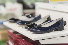 Frauen ` s Schuhe auf dem Zähler Lizenzfreies Stockfoto