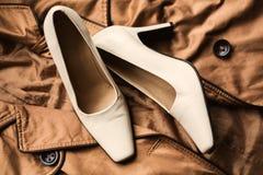 Frauen ` s Schuhe und Kleidung Stockfotografie
