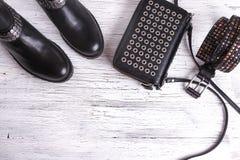 Frauen ` s Schwarzlederhandtasche auf Bretterboden Lizenzfreie Stockfotos