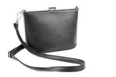 Frauen ` s Schwarztasche, lokalisiert auf einem weißen Hintergrund Mode und Lederfrauhandtasche Eine schwarze Tasche ist an Größe Lizenzfreies Stockbild