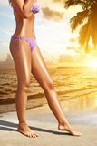 Frauen ` s sexy Beine auf dem Strand Stockfotografie