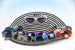 Frauen ` s Sommer streifte Hut und mehrfarbige Sonnenbrille stockfotos