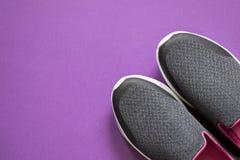 Frauen ` s Sportschuhe Paare Schuhe für Weg lizenzfreies stockfoto